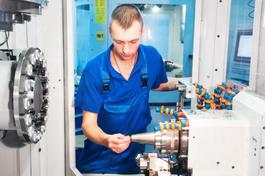 Azubi an CNC-Maschine
