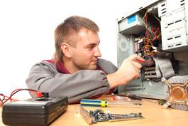 Arbeit an elektronischen Bauteilen